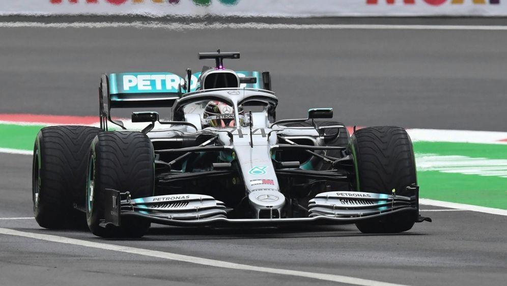 Lewis Hamilton im ersten Training vor Leclerc - Bildquelle: AFPSIDPEDRO PARDO