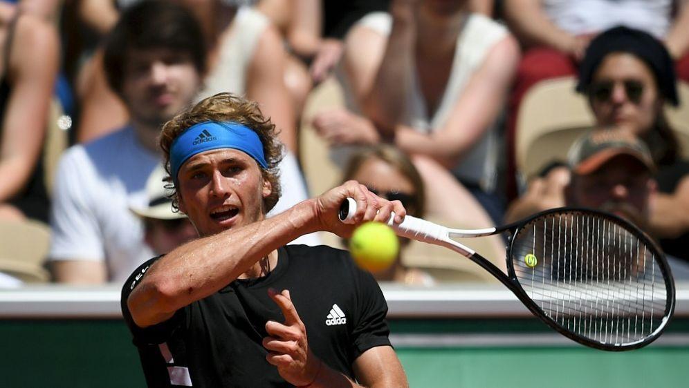 Steht im Achtelfinale der French Open: Alexander Zverev - Bildquelle: AFPSIDCHRISTOPHE ARCHAMBAULT