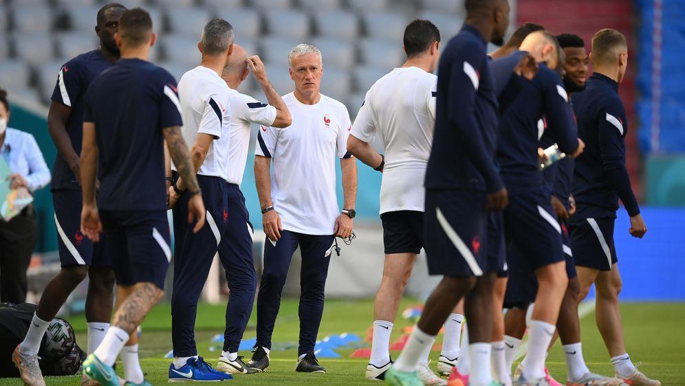 Trainer Didier Deschamps (Bildmitte) warnt vor den Qualitäten der deutschen ... - Bildquelle: 2021 Getty Images