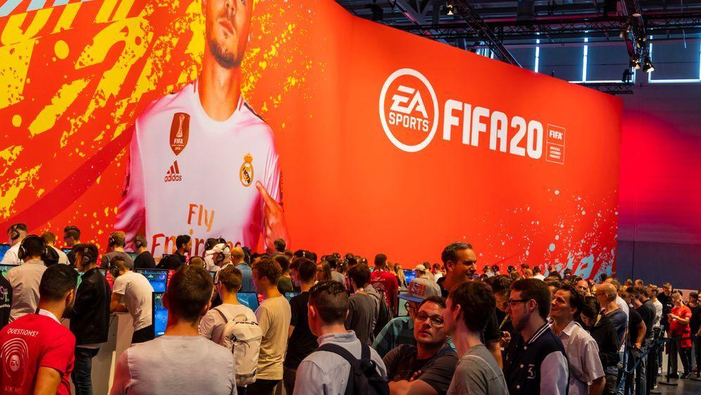 Ab November 2020 messen sich die deutschen FIFA-Zocker in der Virtual Bundes... - Bildquelle: imago images / Arnulf Hettrich