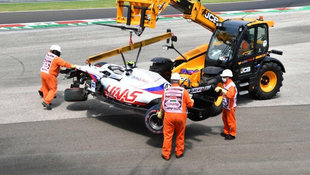 Mick Schumacher nach dem Crash in Ungarn. - Bildquelle: imago images/Motorsport Images