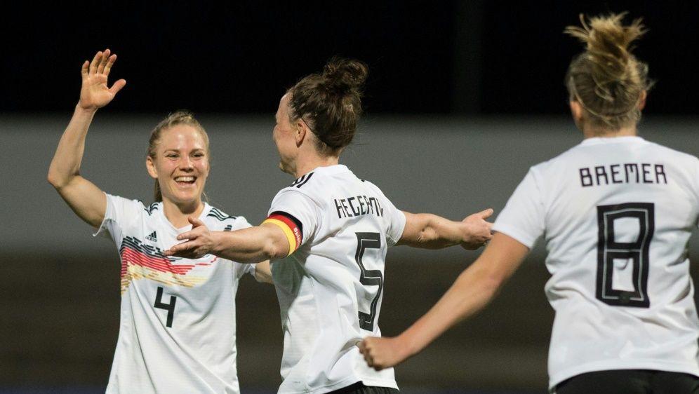 Im Spiel gegen Irland trifft Marina Hegering zum 1:0 - Bildquelle: AFPSIDJORGE GUERRERO