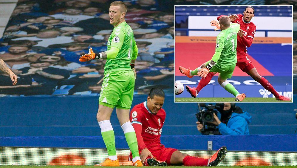 Evertons Keeper Jordan Pickford verletzte Gegenspieler Virgil van Dijk im De... - Bildquelle: Imago