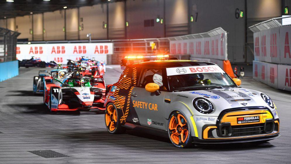 Lucas di Grassi überholte in London während einer Safety-Car-Phase sieben Ko... - Bildquelle: Motorsport Images