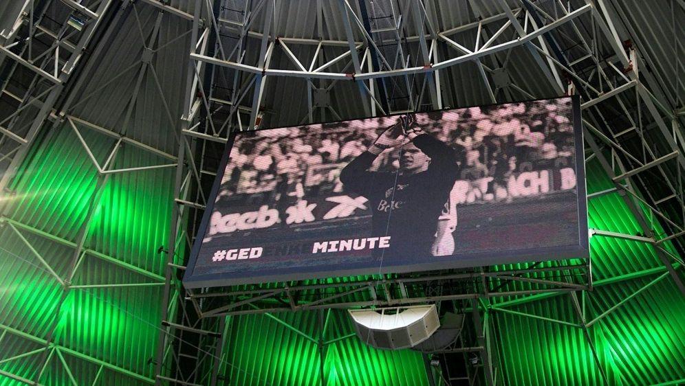 Die Nationalmannschaft gedenkt Torhüter Robert Enke - Bildquelle: AFPSIDINA FASSBENDER