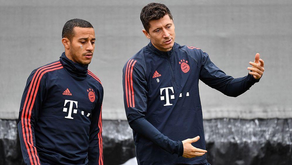 Thiago (l.) und Robert Lewandowski sind beim FC Bayern als Führungsspieler g... - Bildquelle: imago images/Sven Simon
