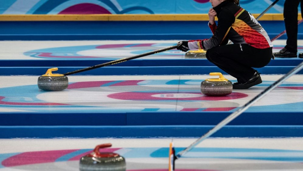 Für die deutschen Curlerinnen wird es eng - Bildquelle: AFPSIDJEFF PACHOUD