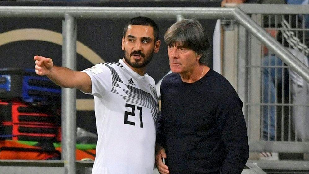 DFB-Trainer Joachim Löw (r.) setzt auf Ilkay Gündogan - Bildquelle: PIXATHLONPIXATHLONSID