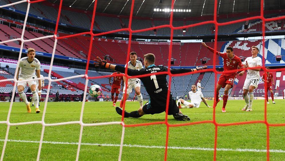 Die Spieler von Union-Berlin bejubeln den Ausgleich gegen den FC Bayern. - Bildquelle: Matthias Koch