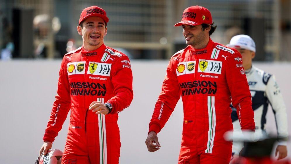 Die Ferrari-Piloten Leclerc (l.) und Sainz - Bildquelle: FIROFIROSID