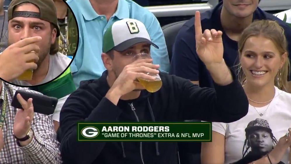 """Aaron Rodgers und David Bakhtiari """"exen"""" ihr Bier - Bildquelle: Twitter/@Bucks"""
