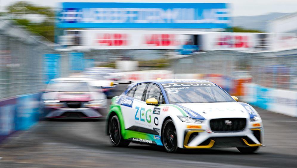 Cacá Bueno feiert beim siebten Rennen der Jaguar I-PACE eTrophy in Monaco ei... - Bildquelle: Getty Images