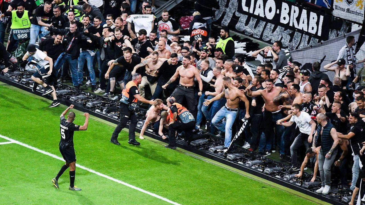Fans stürmen in den Innenraum - Bildquelle: imago images / Jan Huebner