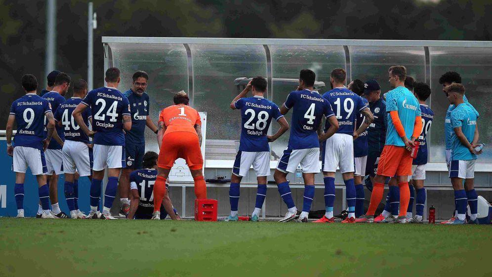 Ratlos zur Halbzeit: Der FC Schalke 04 verliert gegen den SC Verl. - Bildquelle: imago