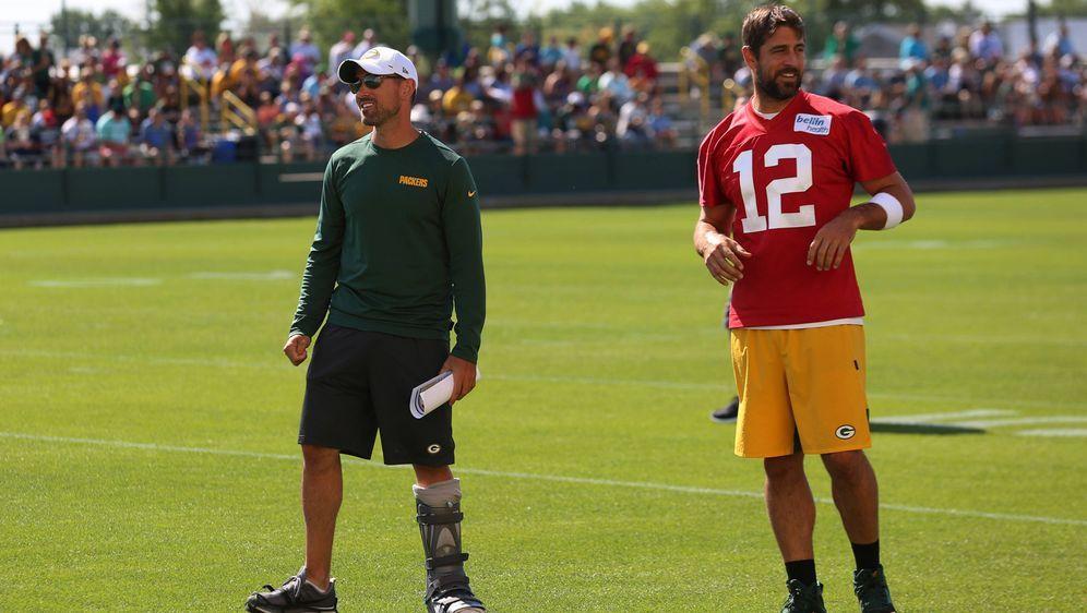 Aaron Rodgers bei der Trainingseinheit mit Matt LaFleur. - Bildquelle: imago