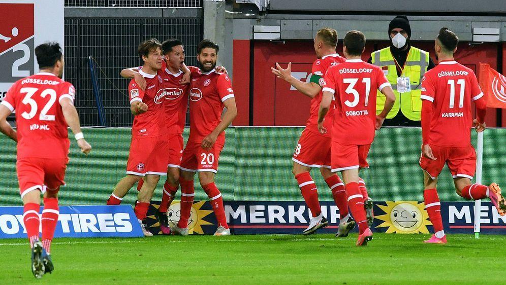 Fortuna Düsseldorf feiert den späten Siegtreffer gegen Karlsruhe - Bildquelle: imago images/Uwe Kraft
