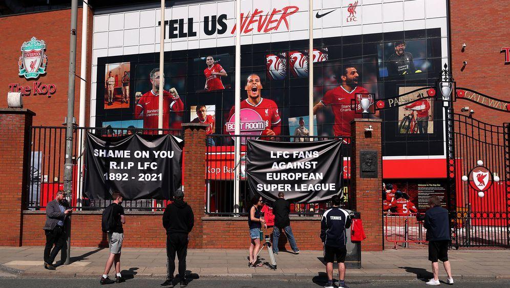 Vor dem Stadion des FC Liverpool und weiterer englischer Vereine wurde gegen... - Bildquelle: imago images/PA Images