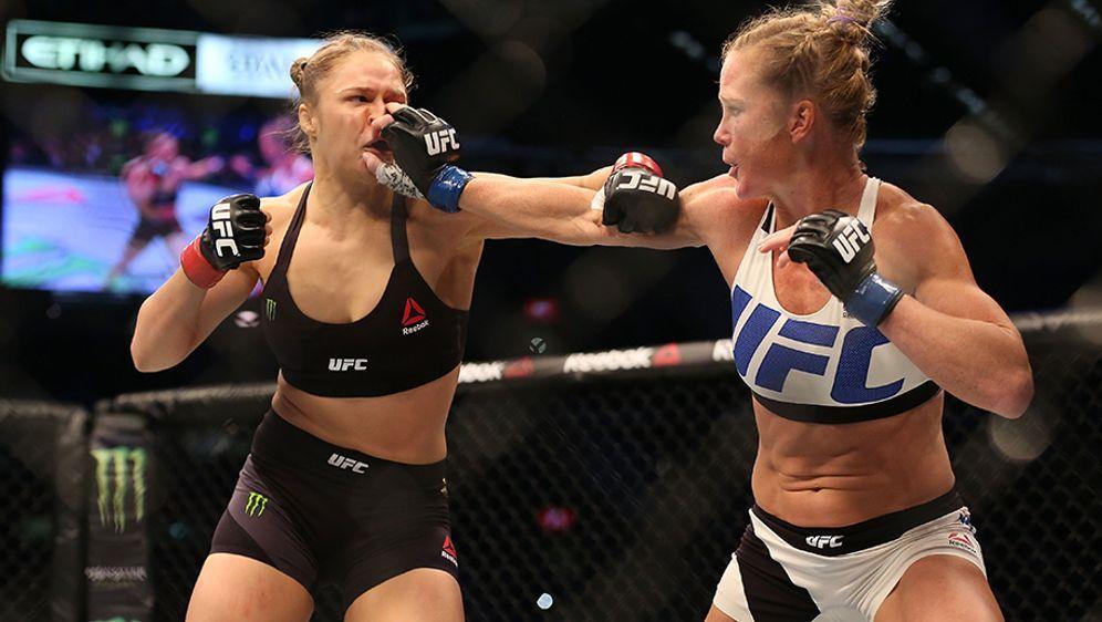Ronda Rousey (l.) verliert in der UFC sensationell gegen Holly Holm - Bildquelle: 2015 Getty Images