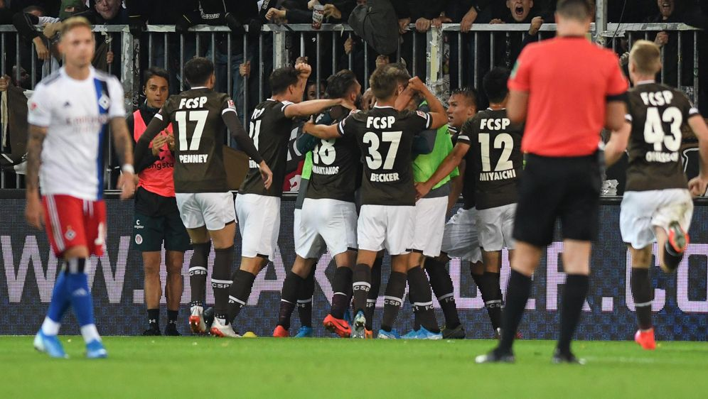 St. Pauli bejubelt den 2:0-Derbysieg gegen den Hamburger SV - Bildquelle: imago