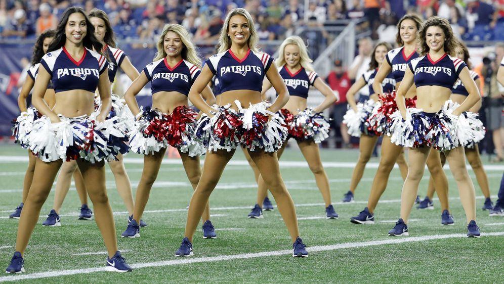 Die Cheerleader Direktorin Tracy Sormanti ist die erste Frau in der Hall of ... - Bildquelle: imago images / Icon SMI