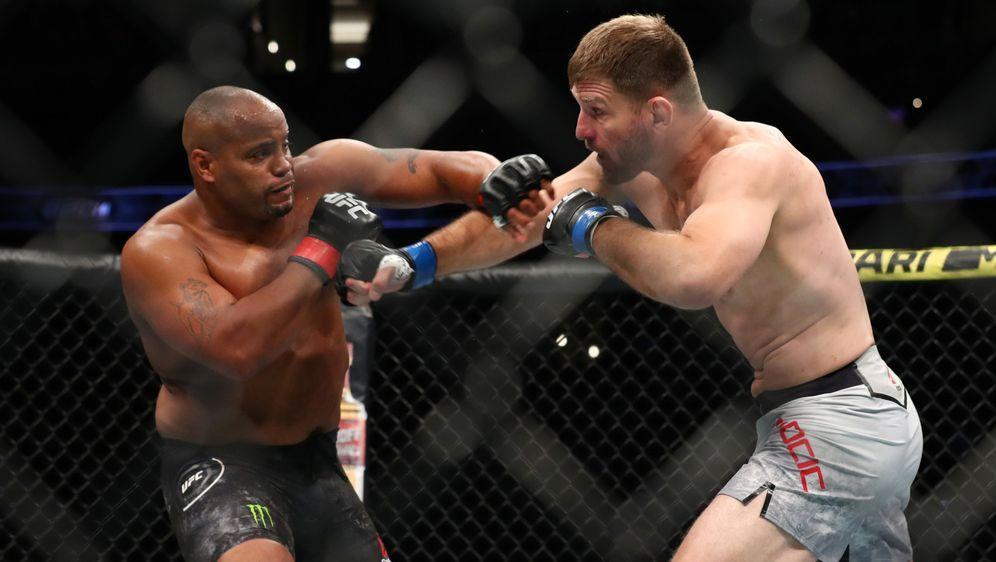 Daniel Cormier (li.) und Stipe Miocic sollen ein drittes Mal kämpfen - Bildquelle: Getty Images