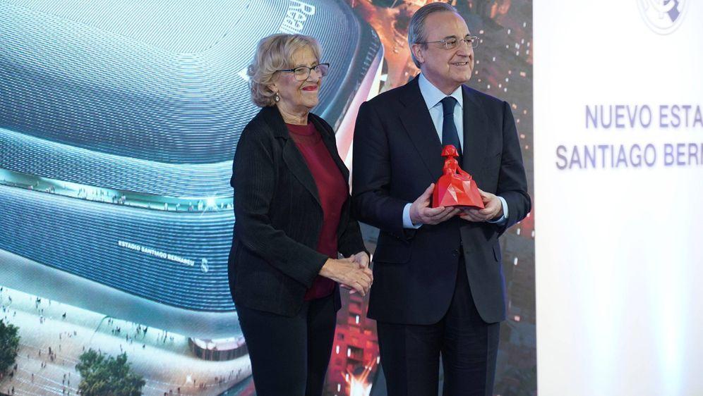 Real-PräsidentFlorentino Perez (re.) präsentierte die Stadionpläne der Madr... - Bildquelle: imago images / Cordon Press/Miguelez Sports