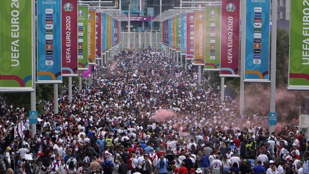 Nach den Vorfällen ermittelt die UEFA nun gegen die FA - Bildquelle: AFPSIDNIKLAS HALLE'N
