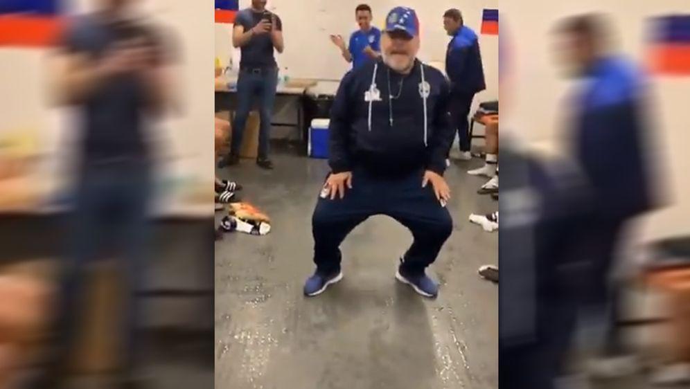 Coach Diego Maradona präsentiert sich nach dem 4:2-Sieg seines Klubs Gimnasi... - Bildquelle: twitter@NicoKanaJr