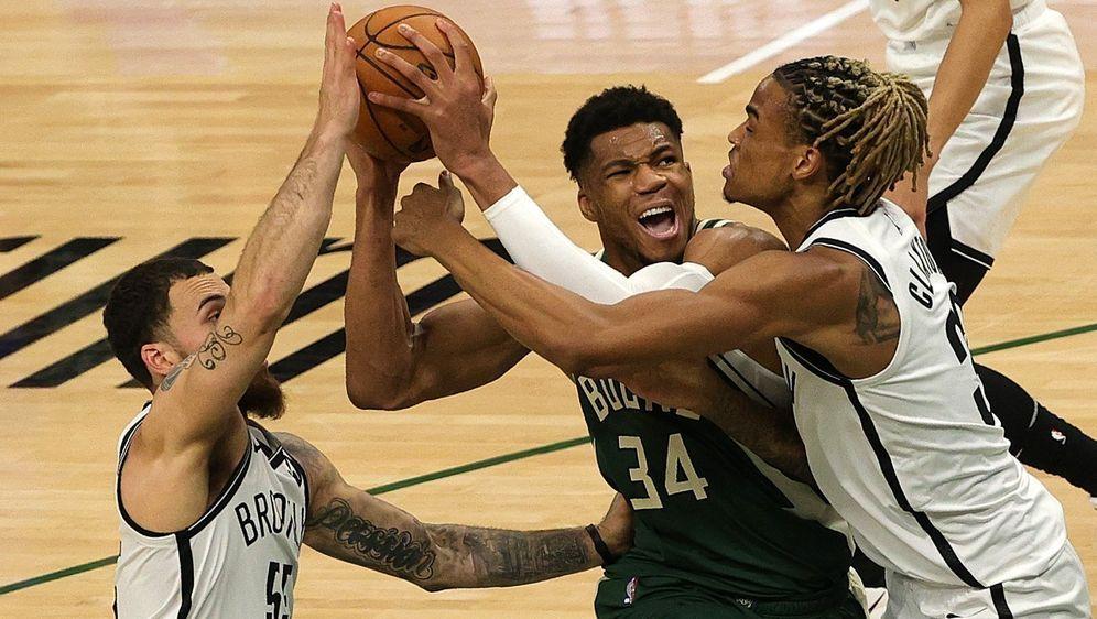 Giannis Antetokounmpo ist mit den Bucks in Spiel drei ein Sieg gegen die Net... - Bildquelle: Getty