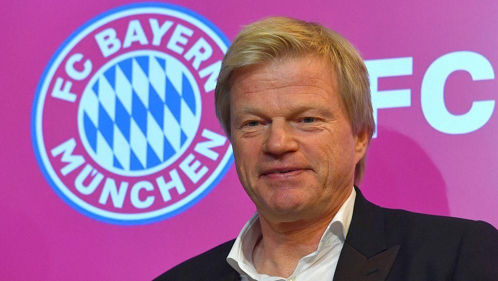 Oliver Kahn wird Karl-Heinz Rummenigge 2022 als Vorstandsvorsitzender der FC... - Bildquelle: imago