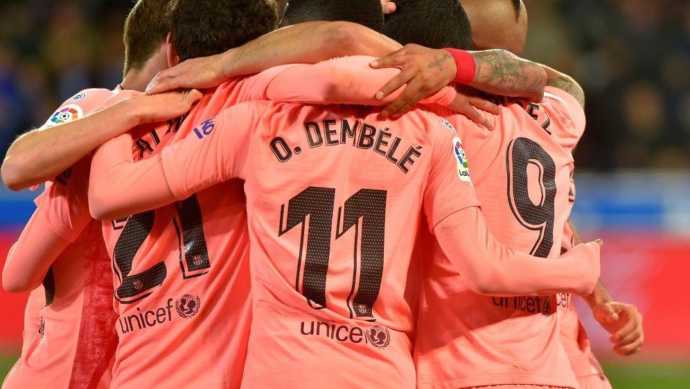 Die Spieler feiern den Treffer von Luis Suarez zum 2:0 - Bildquelle: AFPSIDANDER GILLENEA