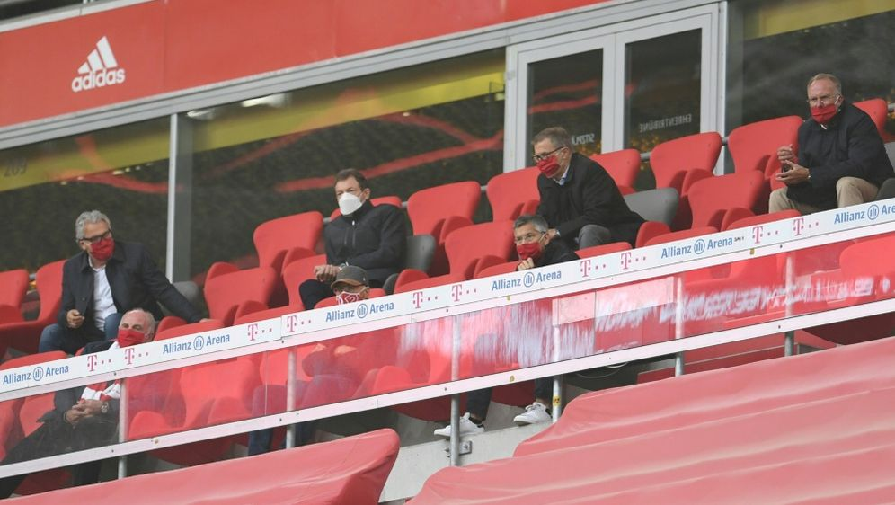 Zu Gast im Stadion: Franz Beckenbauer (unten Mitte) - Bildquelle: POOLPOOLSIDANDREAS GEBERT