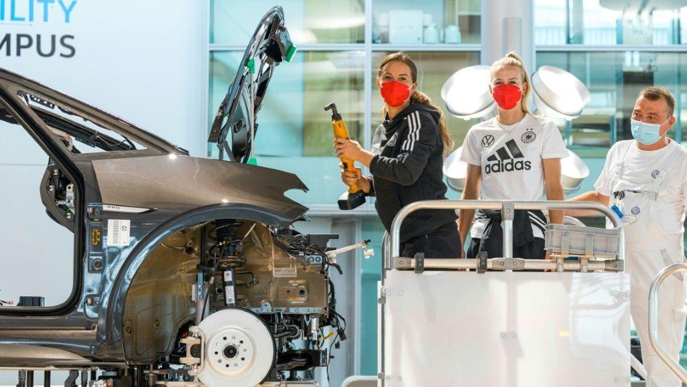 Sara Däbritz und Merle Frohms bauen am Elektroauto mit - Bildquelle: Oliver Killig  VWOliver Killig  VWOliver Killig  VW