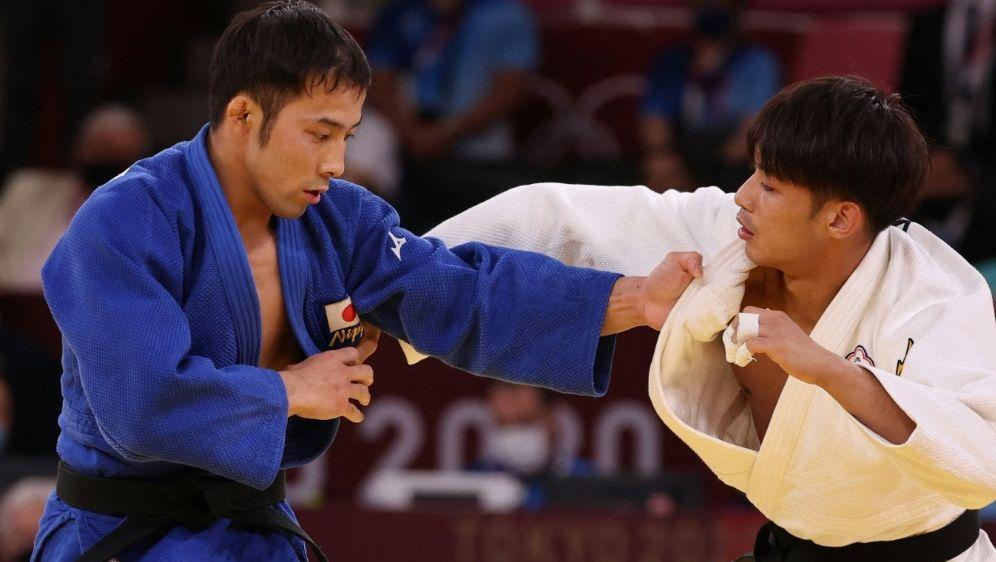 Naohisa Takato (l.) gewinnt das erste Gold für Japan - Bildquelle: AFPSIDJACK GUEZ