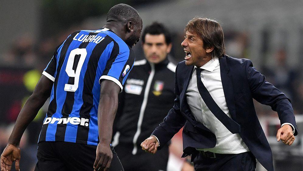 Antonio Conte (r.) feiert bei Inter Mailand mit seinem Wunschspieler Romelu ... - Bildquelle: imago images/Insidefoto