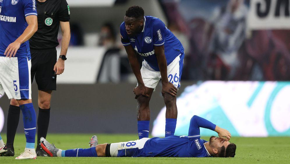 Ein Bild mit Symbolcharakter: Schalke 04 liegt am Boden und enttäuscht seine... - Bildquelle: 2020 Getty Images