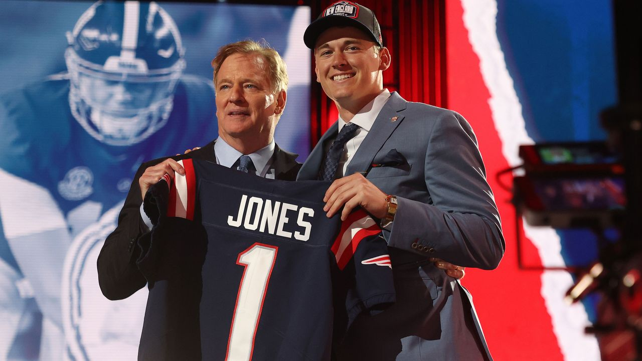 15. Pick - Mac Jones (Quarterback, New England Patriots) - Bildquelle: 2021 Getty Images