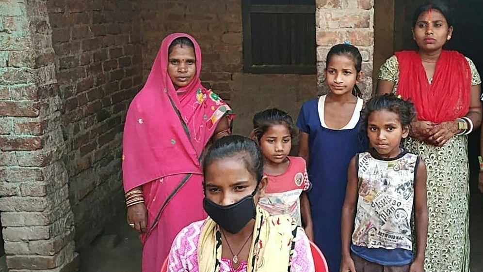 Jyoti Kumari (v.) rettete ihren Vater mit dem Fahrrad - Bildquelle: AFPSIDSTR