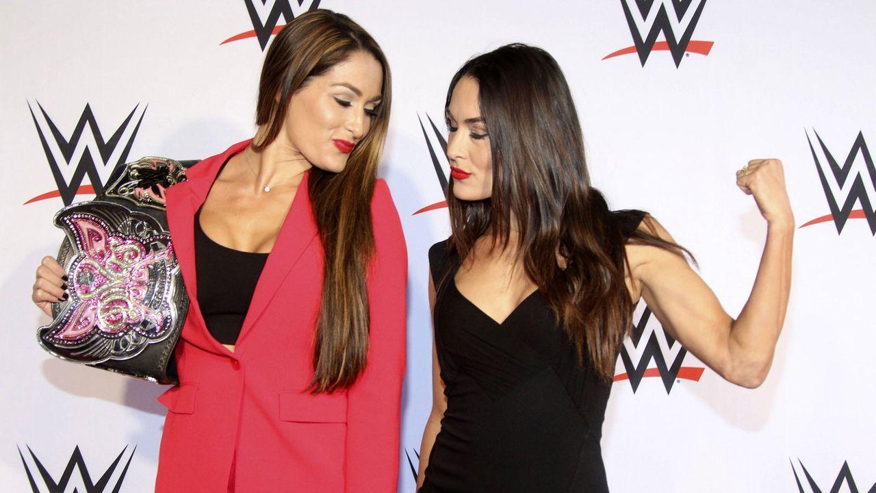 "Bella Twins: Kellerinnen bei ""Hooters"" - Bildquelle: imago/Future Image"