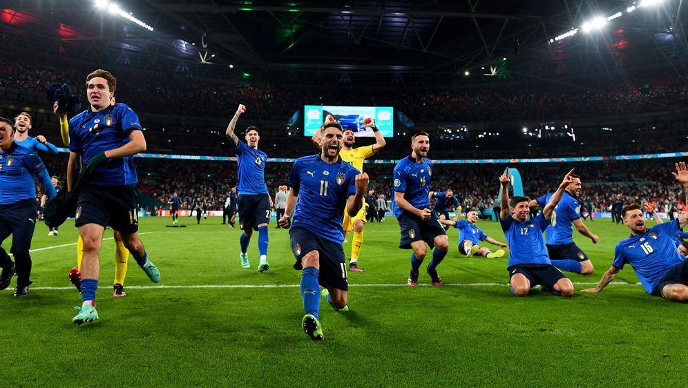 Europameister im Anflug: Nach dem Titelgewinn gab es bei den Italienern kein... - Bildquelle: Getty Images