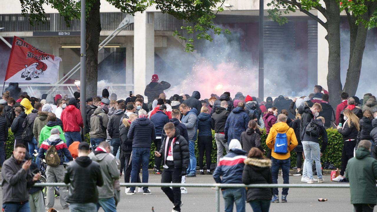 Köln: Fans gespannt vor dem Stadion - Bildquelle: Imago Images