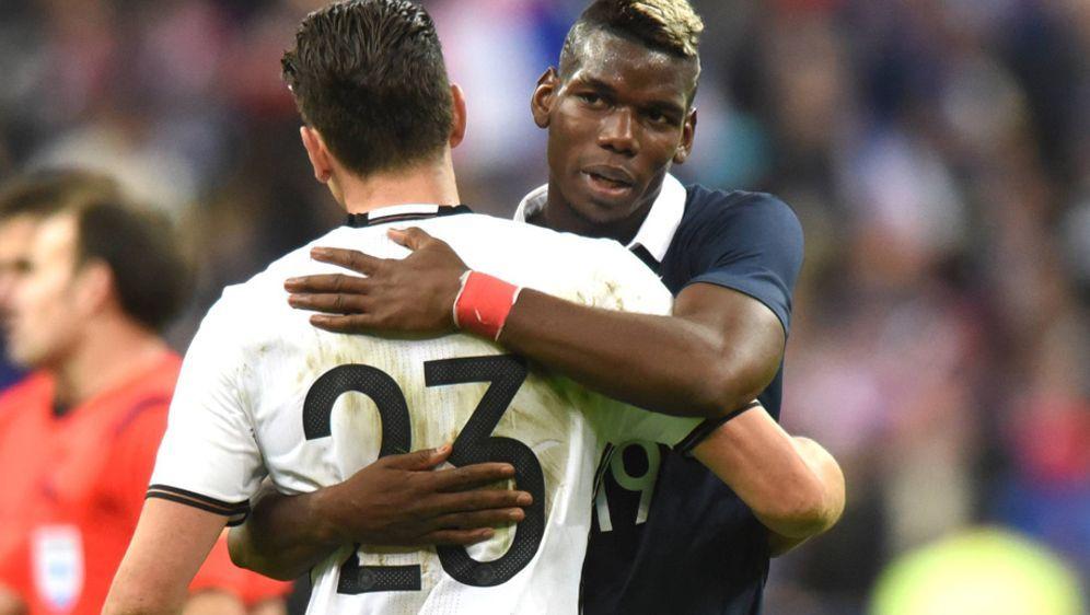 Die französische und deutsche Nationalmannschaft verbrachten die Nacht der A... - Bildquelle: Imago
