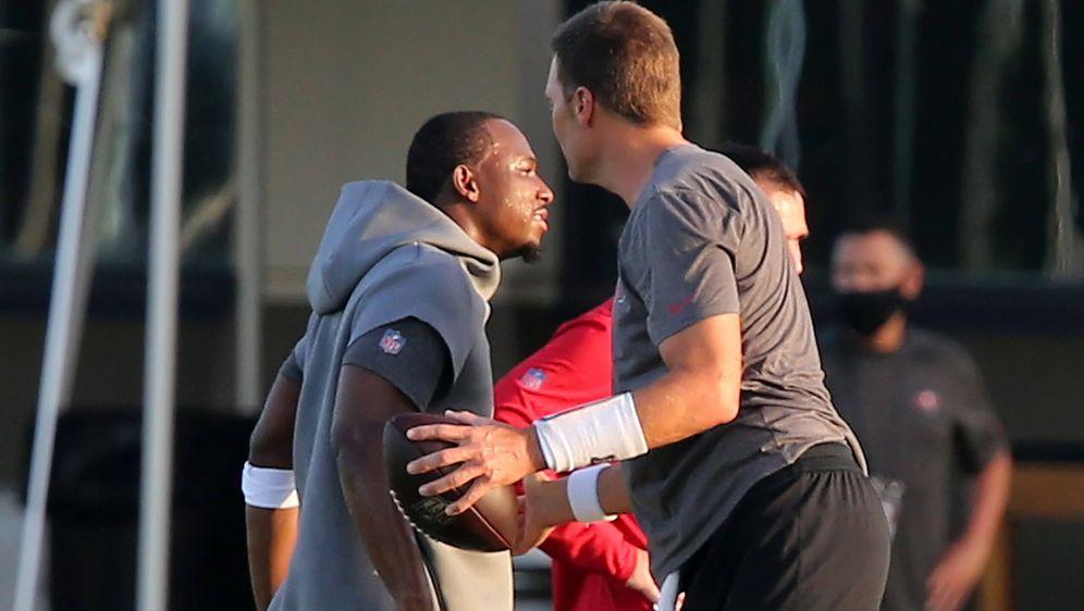 LeSean McCoy wird von Tom Brady begrüßt. - Bildquelle: imago images/ZUMA Wire