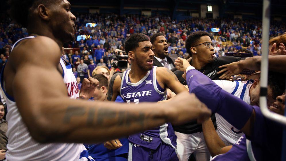 Beim College-Baskteball zwischen Kansas und Kansas State ging es in den Schl... - Bildquelle: 2020 Getty Images