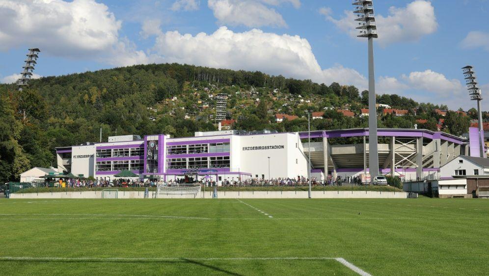 Im Stadion wurde wohl Essen und Trinken serviert - Bildquelle: FIROFIROSID