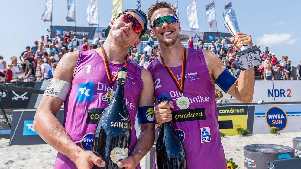 Bennet (li.) und David Poniewaz (re.) siegten bei derTechniker Beach Tour i... - Bildquelle: Imago