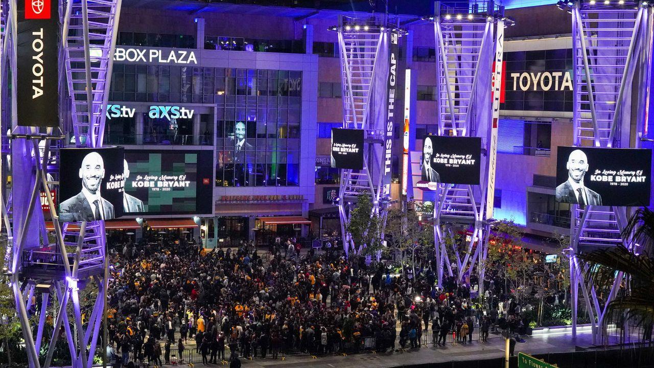 Kobe-Fans versammeln sich am Staples Center - Bildquelle: 2020 Getty Images