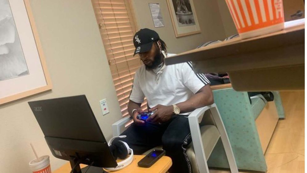 Running Back Aaron Jones von den Green Bay Packers und seine PS4. - Bildquelle: twitter.com/bleacherreport
