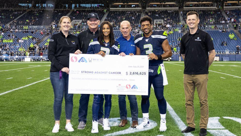 """Sammelten über 2,6 Millionen Dollar Spendengelder für """"Strong Against Cancer... - Bildquelle: Twitter: @seahawks"""