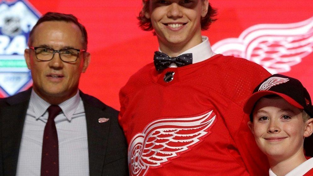 Moritz Seider (M.) unterschreibt bei den Red Wings - Bildquelle: AFPGETTY SIDBRUCE BENNETT